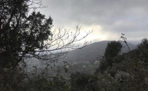 Le Village de Talasani sous la brume
