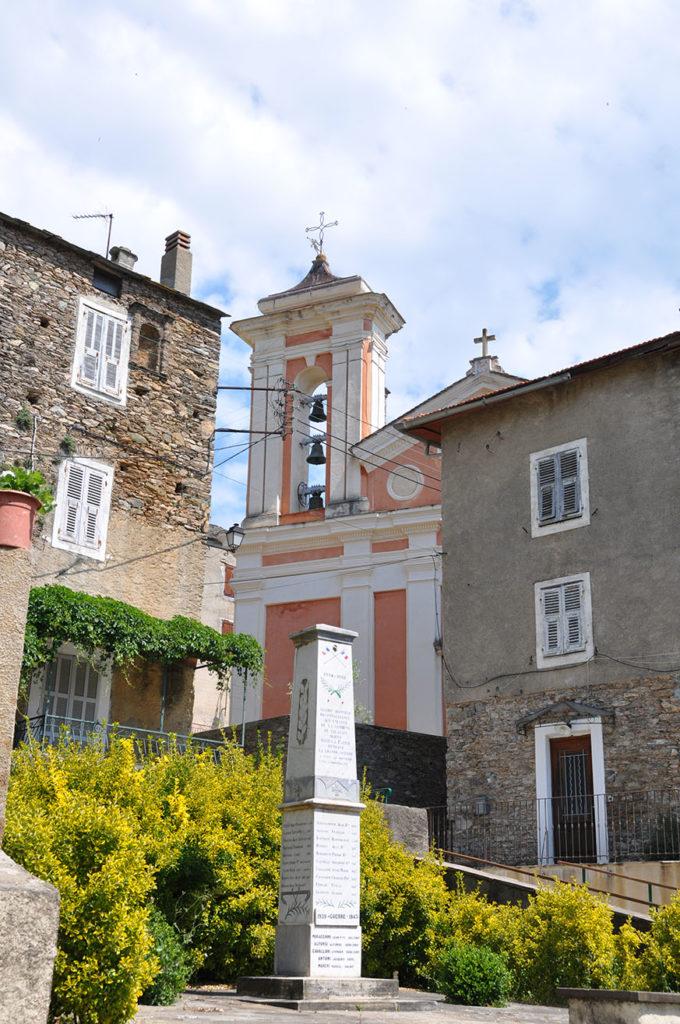 Place du Monument aux morts avec l'église Sainte-Lucie