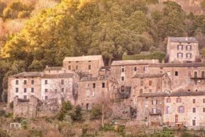 Zoom sur les maisons du Village de Talasani